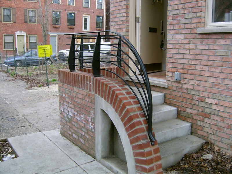 curved and black metal front railing model concrete made staircase
