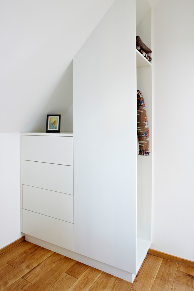 small closet design in asymmetric shape