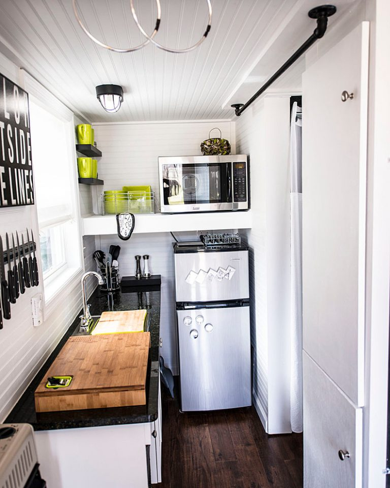 Small Kitchens With Black Cabinets: Bright White And Dark Black On The Kitchen