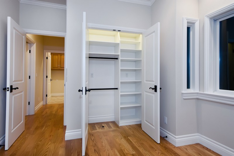 storage systems in small reach in closet with door