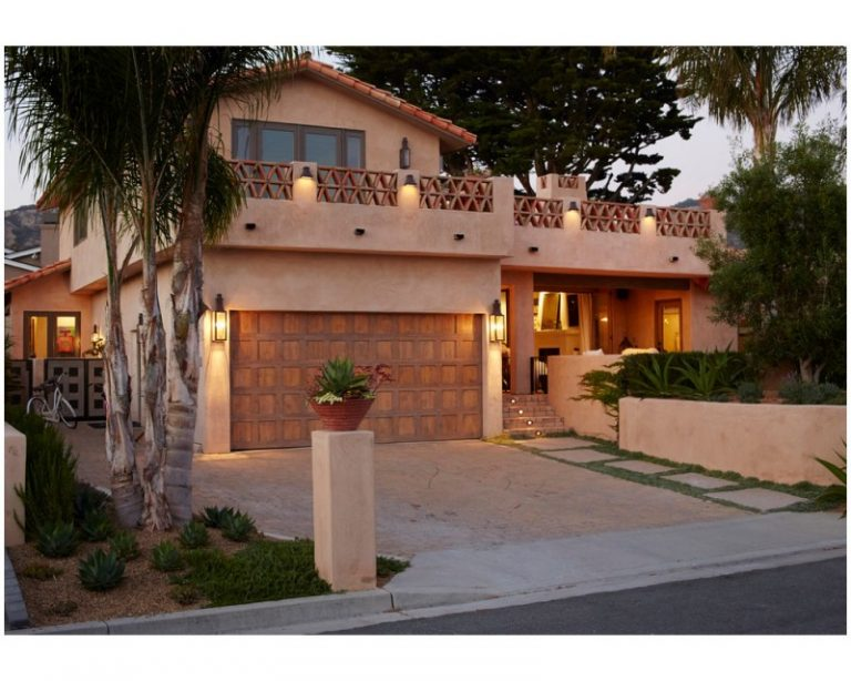 lighting a house. Wall Lanterns At Garage Door For Driveway Lighting In A House With Mediterranean Landscape