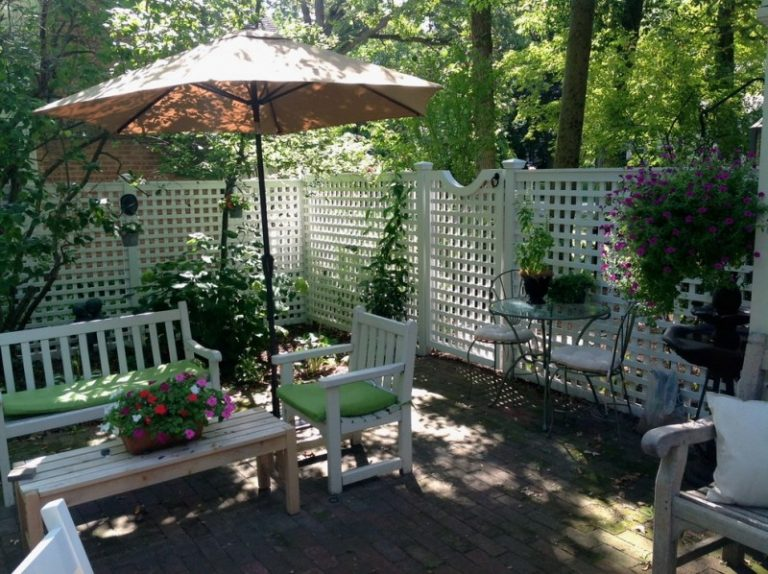 12 Great Ideas For A Modest Backyard: Modest Decorative Privacy Fence Ideas
