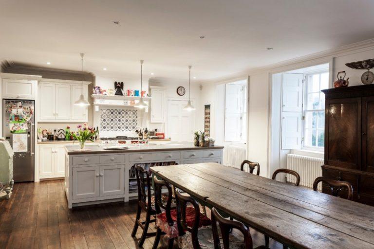 Astonishingly lovely farm style kitchen table choices to for Englische landhaus sofas