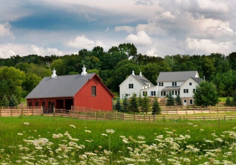 Beautiful houses that look like barns to be amazed by for Red barn houses