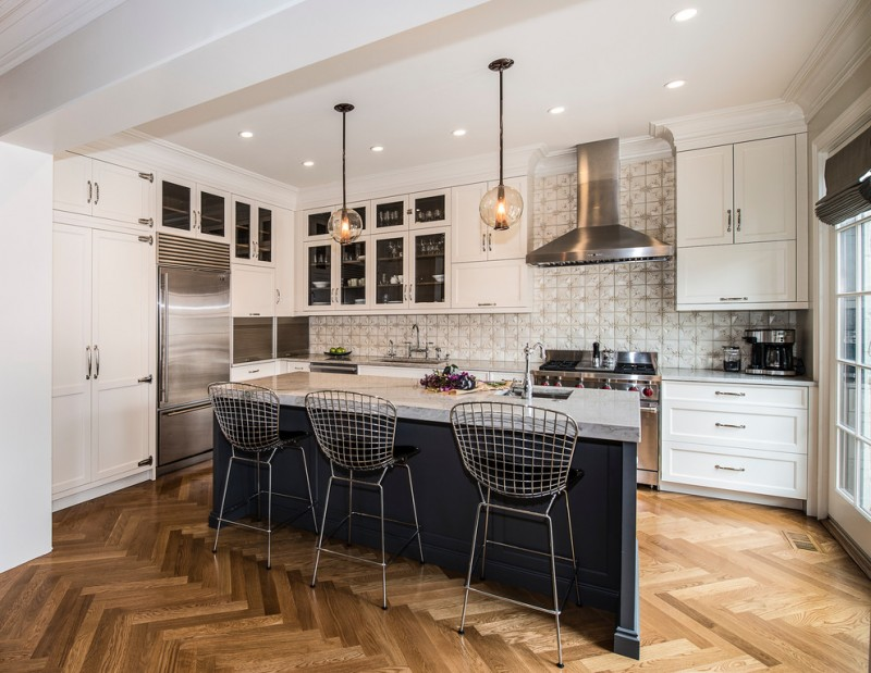 Mid sized transitional l shaped open concept kitchen with an undermount sink, white cabinets, granite countertops, beige backsplash, stainless steel appliances, an island, medium tone hardwood floors, sh