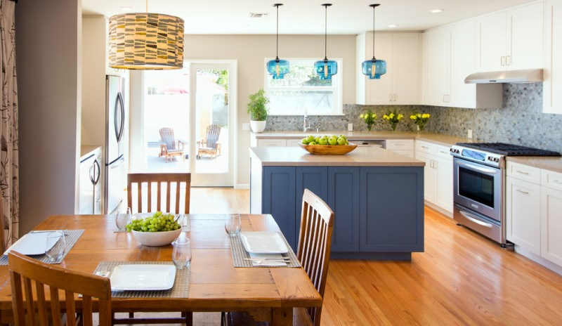 transitional u shaped eat in with shaker cabinets, white cabinets, gray backsplash, matchstick tile backsplash, stainless steel appliances, light hardwood floors, an island and an under mount sink