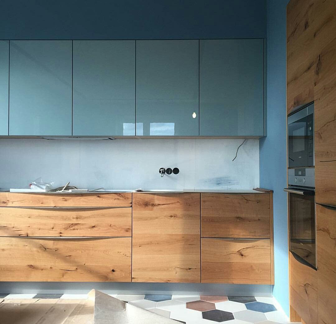 small kitchen, hexagonal floor tiles, blue gloss cabinet, white marble backsplash, wooden bottom cabinet, blue wall, wooden cabinet
