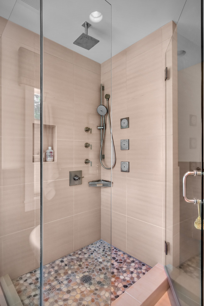 shower room with pebbles flooring