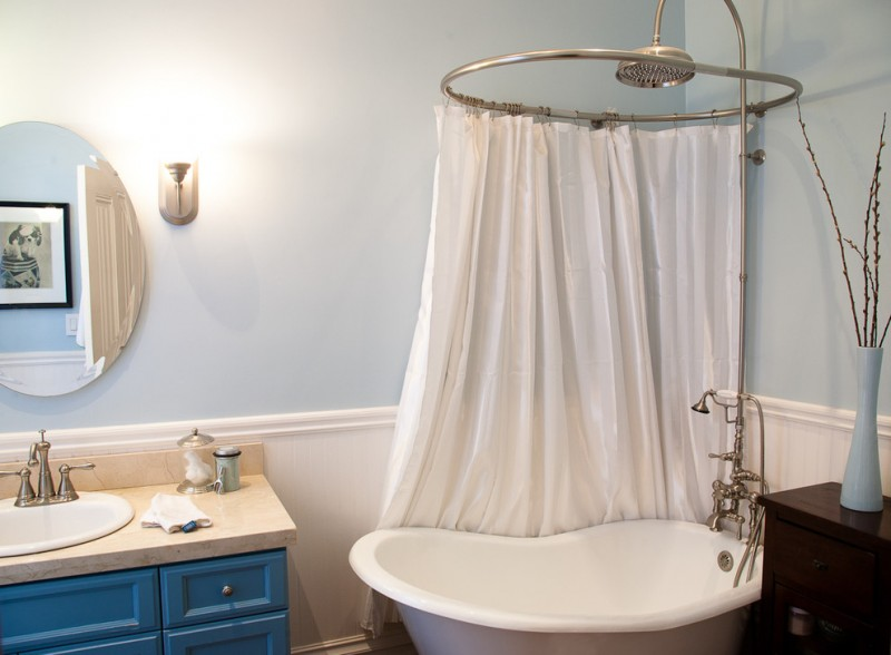 small standing tub with curtains