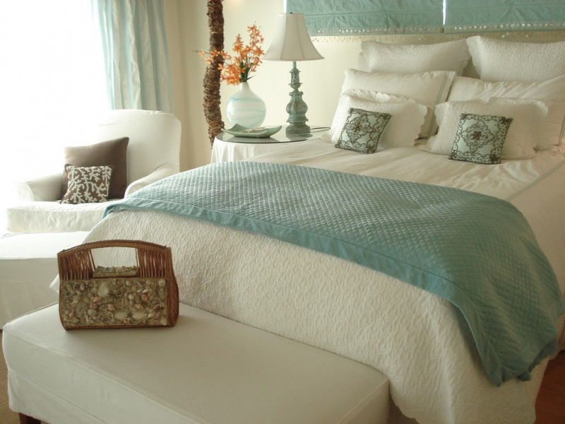 coastal bedroom idea blue and white bedding treatment blue window curtains white bedroom furniture