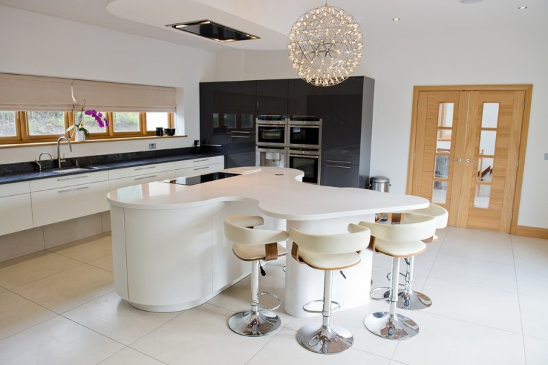 curved kitchen island black worktop induction cooktop moooi pendant white barstools black and white caibinets windows