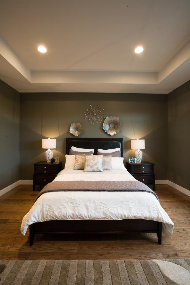 art deco bedroom furniture mettalic wall decor in flower shape hardwood flooring white duvet nightstands table lamps