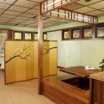 Japan Style Dining Table Beige Carpet Wooden Pedestal Table Built In Wooden Bench Windows Sakura Panel Decoration Indoor Plant