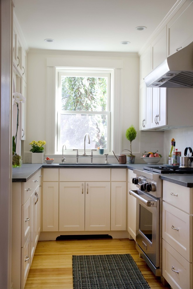 small room design ideas window sink white cabinets black countertops black kitchen mat oven stovetop range hood indoor plants faucet