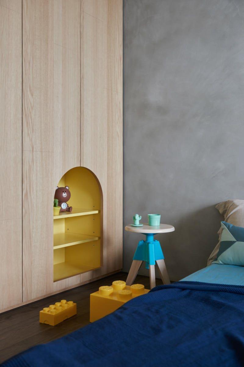 yellow bokshelves, indented shelves, wooden cover